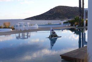 μίνιμαλ διακόσμηση πισίνας με μια λευκή σχεδία από μπαμπού